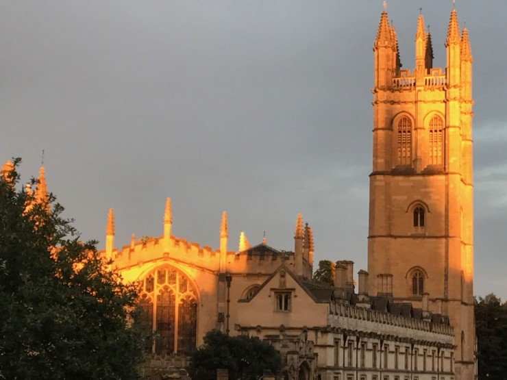 Kveldens siste solstråler bader Magdalene College i gull. Foto: © ReisDit.no
