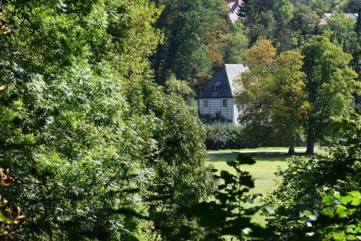 Goethes sommerhus - Gartenhaus - kan skimtes i Park an der Ilm. Foto: © ReisDit.no