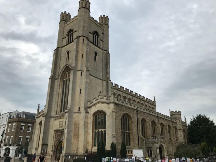 Great St. Mary's Church ligger vis-à-vis King's College Chapel. Foto: © ReisDit.no