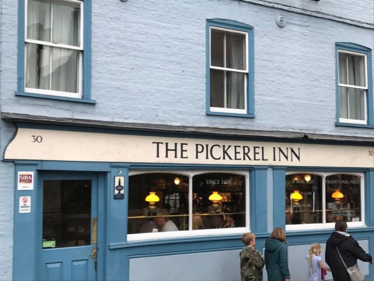 Puben The Pickerel Inn ligger ved Magdalene Bridge. Foto: © ReisDit.no