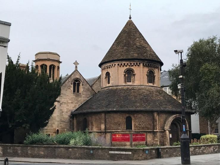 Round Church fra år 1130 ligger der gamlebyens to hovedgater deler seg. Foto: © ReisDit.no