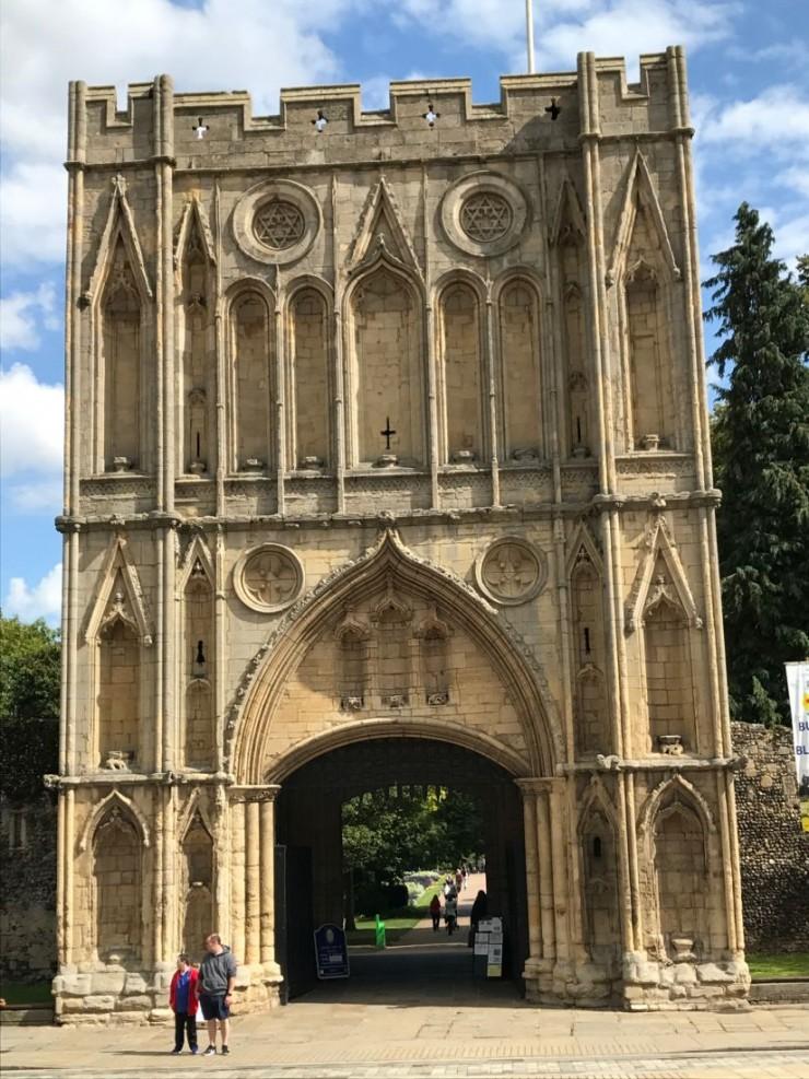 Bury St. Edmunds imponerende Abbey Gate. Foto: © ReisDit.no