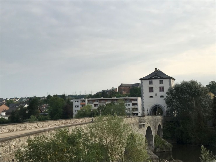 Utsikt fra hotellrommet - Alte Lahnbrücke fra middelalderen. Foto: © ReisDit.no
