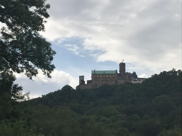 Borgen Wartburg ligger øverst på en skogkledd åsrygg rett utenfor sentrum av Eisenach. Foto: © ReisDit.no