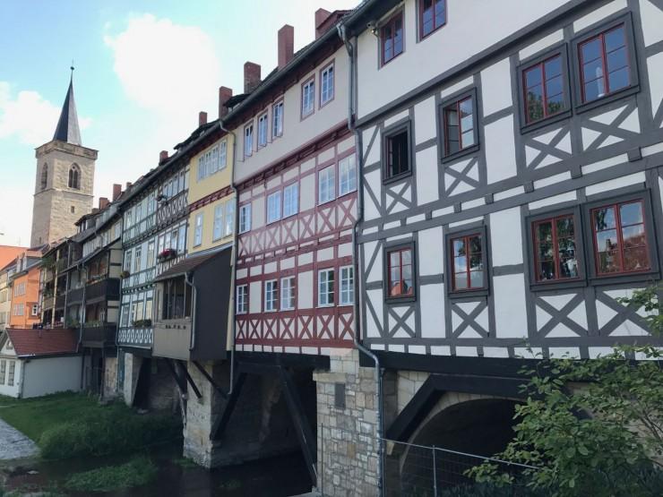 Rett rundt hjørnet for hotellet finner jeg kjapt denne godbiten - Krämerbrücke fra middelalderen. Foto: © ReisDit.no