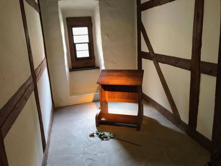 Luthers celle var preget av datidens minimalistiske interiørtrend. Foto: © ReisDit.no