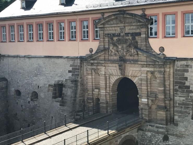 Inngangsportalen til det imponerende festningsanlegget Zitadell Petersberg. Foto: © ReisDit.no