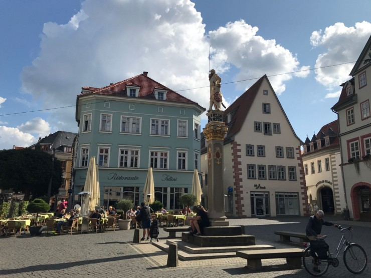 På den populære møteplassen Fischmarkt, et steinkast fra Krämerbrücke, finner du flere serveringsteder. Foto: © ReisDit.no