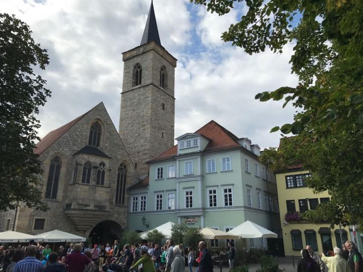 Det livlige og hyggelige Wenigemarkt med portalen til Krämerbrücke under kirken. Foto: © ReisDit.no