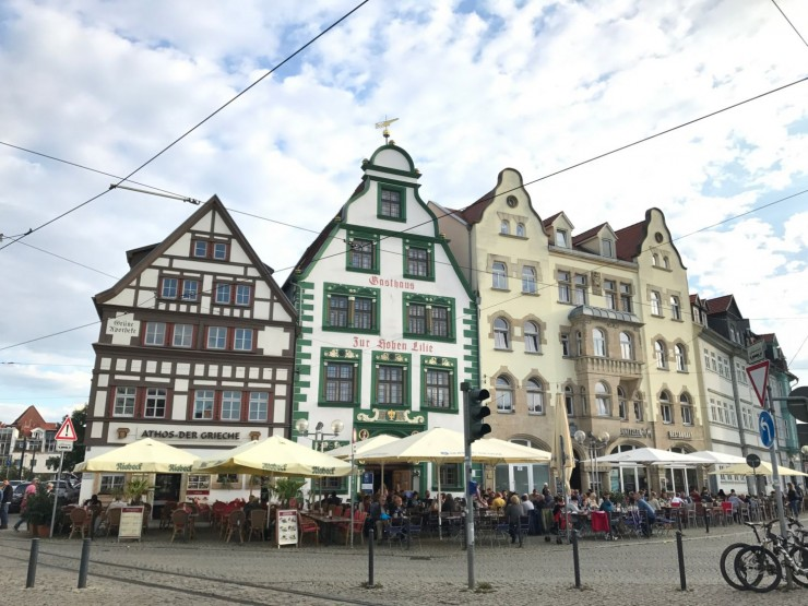 Rundt Domplatz ligger det flere husrekker med serveringssteder. Foto: © ReisDit.no