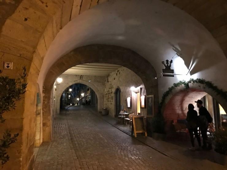 """På vei ut av """"tunnellen"""" under kirken - Krämerbrücke i bakgrunnen. Foto: © ReisDit.no"""