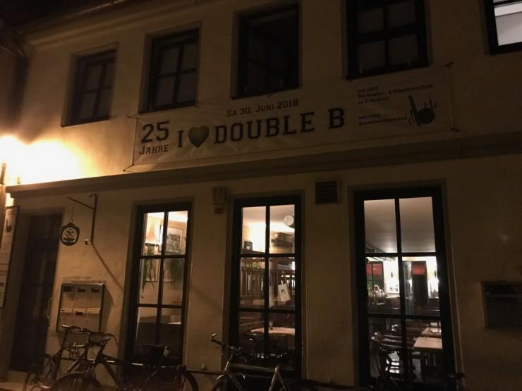 Bak denne fasaden i Marbacher Gasse finner du hygge, god mat og billig øl. Pluss mye bra musikk. Foto: © ReisDit.no