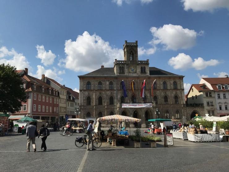 Markt med rådhuset i bakgrunnen og et par seriøse pølseboder i forgrunnen. Foto: © ReisDit.no