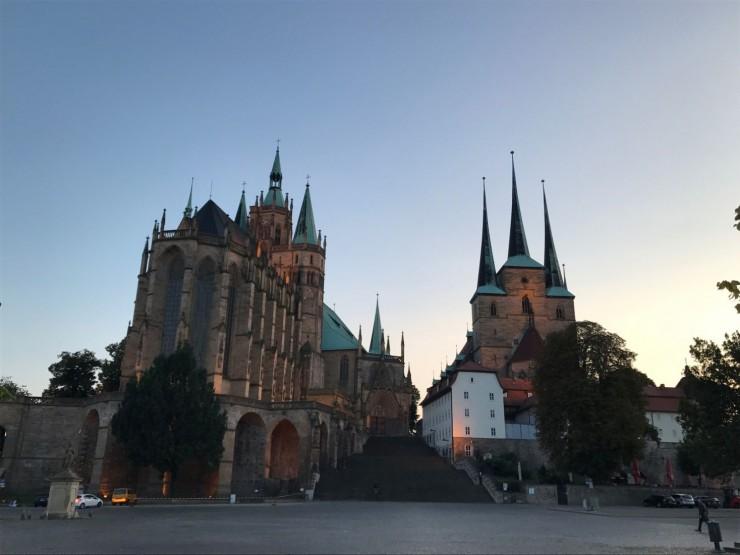 Skumringstime ved Domplatz - til høyre på plassen lå det for to hundre år siden en egen bydel. Synd at den ikke ble gjenoppbygd. Foto: © ReisDit.no
