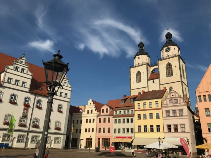 Lutherstadt Wittenbergs Marktplatz med Rathaus og Stadtkirches tårn. Foto: © ReisDit.no
