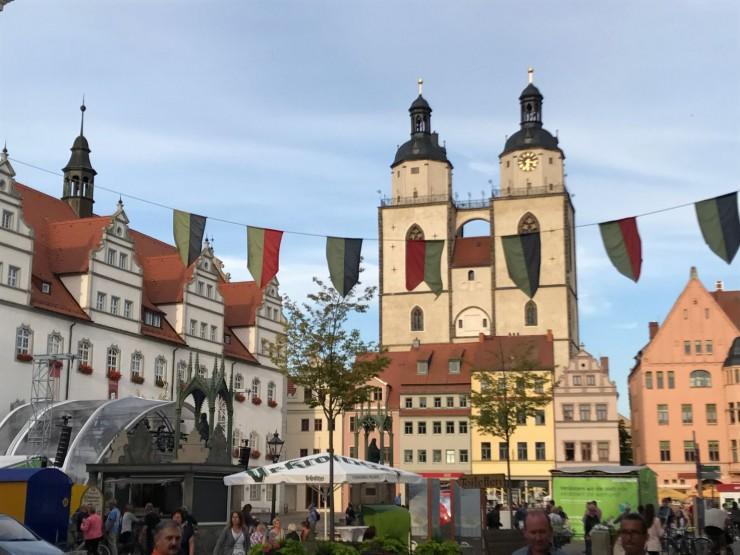 Wittenbergs Marktplatz med Stadtkirche bak husrekken. Foto: © ReisDit.no