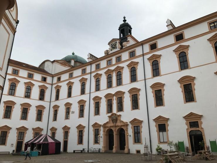 Schloss Celle sett fra innsiden - borggården er stor. Foto: © ReisDit.no