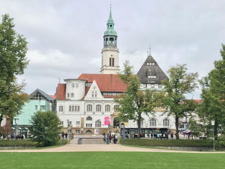 Sett fra Schloss Celle: Bomann Museum til venstre og Rathaus til høyre. Foto: © ReisDit.no
