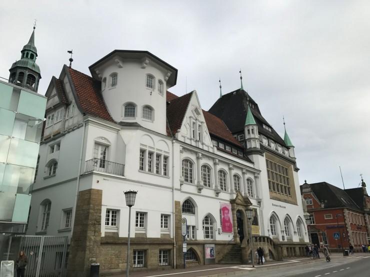 Bomann-museum er nærmeste nabo til slottet. Foto: © ReisDit.no