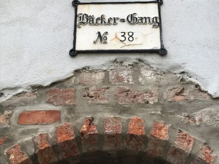 De mange smalgangene i Lübeck har yrkesnavn - her er bakergangen. Foto: © ReisDit.no