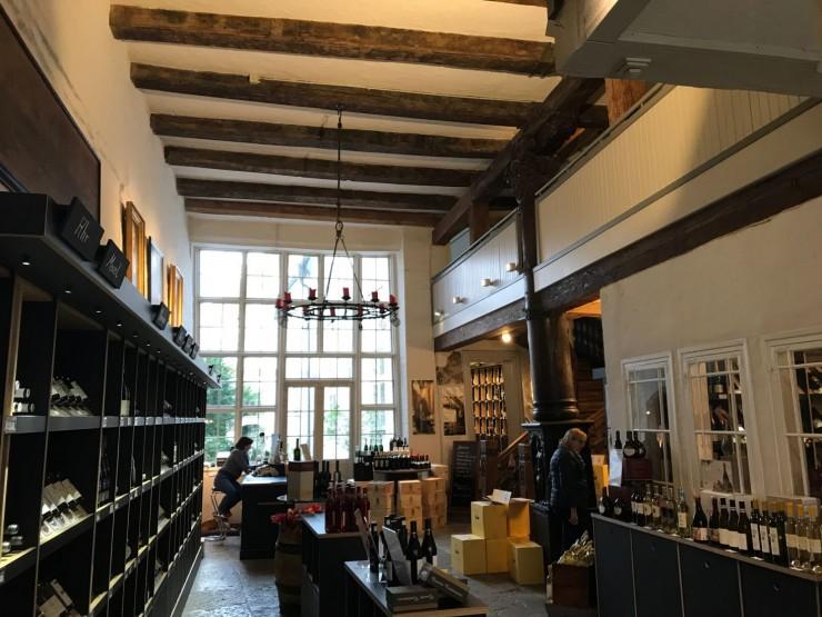 Slik kunne kontordelen i et kjøpmannshus se ut - i dag er det vinhandel her. Foto: © ReisDit.no