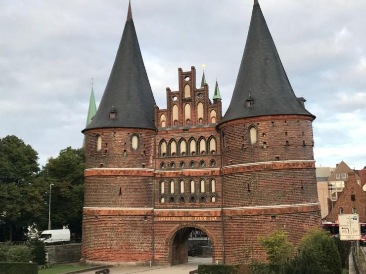 Byporten Holstentor er Lübecks mest ikoniske bygg. Foto: © ReisDit.no